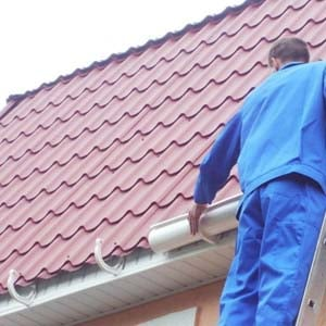 Установка и монтаж водостока на крыше дома